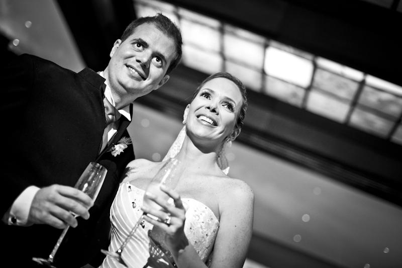 Los novios sonrientes brindan en su boda