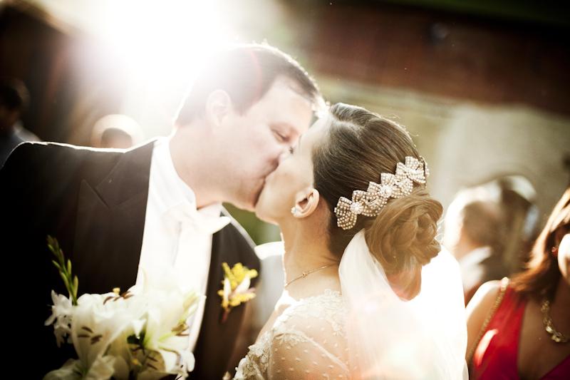 el beso de los novios el día de su boda